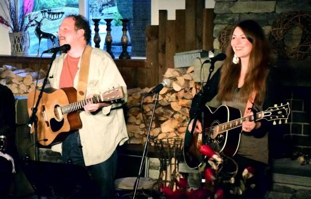 Jeff Wasserman og Claudia Scott på scena på Gammelfabrikken i sommer.  Foto: Jon Olav Ørsal