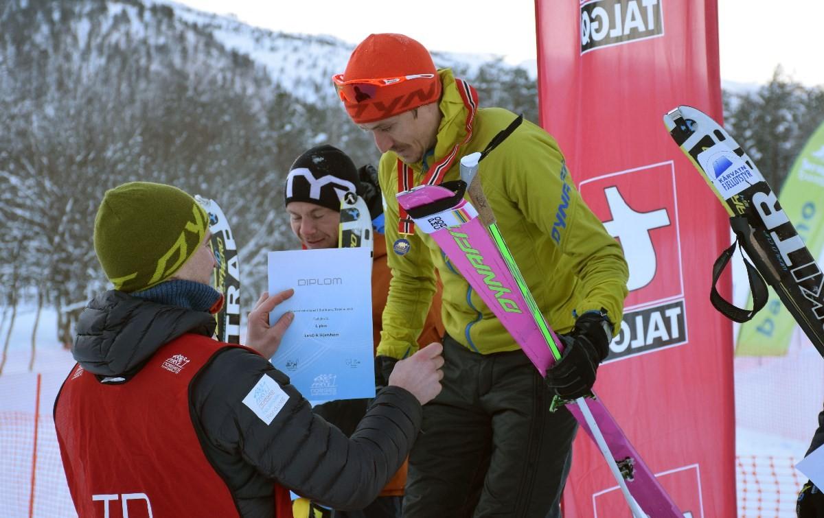 Lars Erik Skjervheim vart Norgesmeister i herrer senior, og får her si gullmedalje. Foto: Jon Olav Ørsal