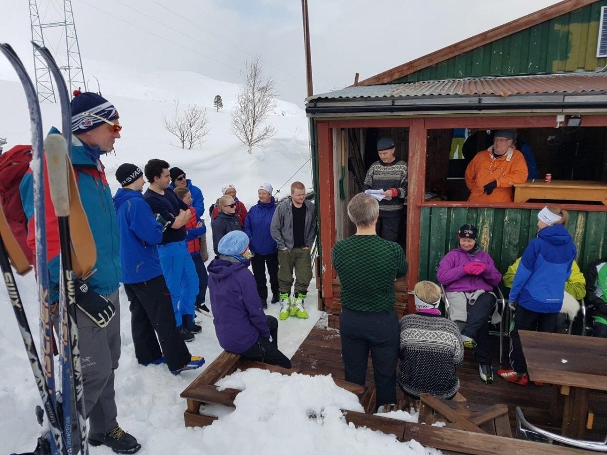 Premieutdeling ved hytteveggen - vinnaren hadde teke på heimtur og gikk glipp av all heider.  Foto: Sondre Halset