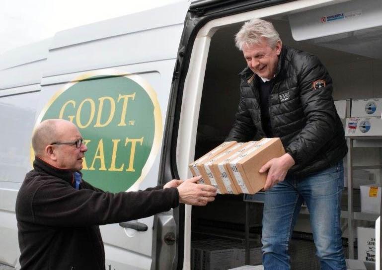 Lokale varer direkte frå distribusjonsbilen til Godt Lokalt.  Terje Nordvik og Per Olav Bredesen.  Foto: Jon Olav Ørsal