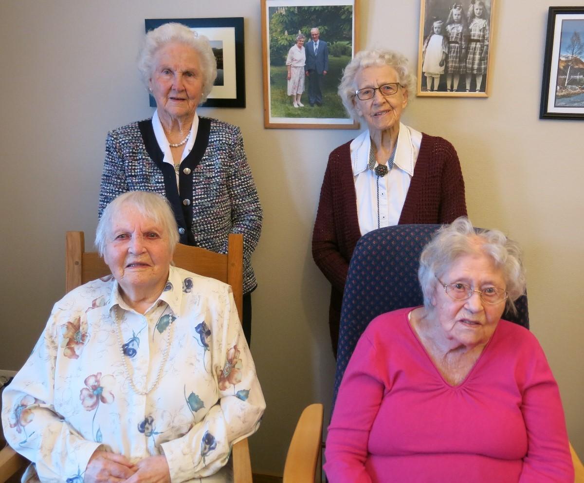 Æresmedlemene i Todalen Sanitetsforening. Samla alder er 372 år! Foto: Dordi J.H.
