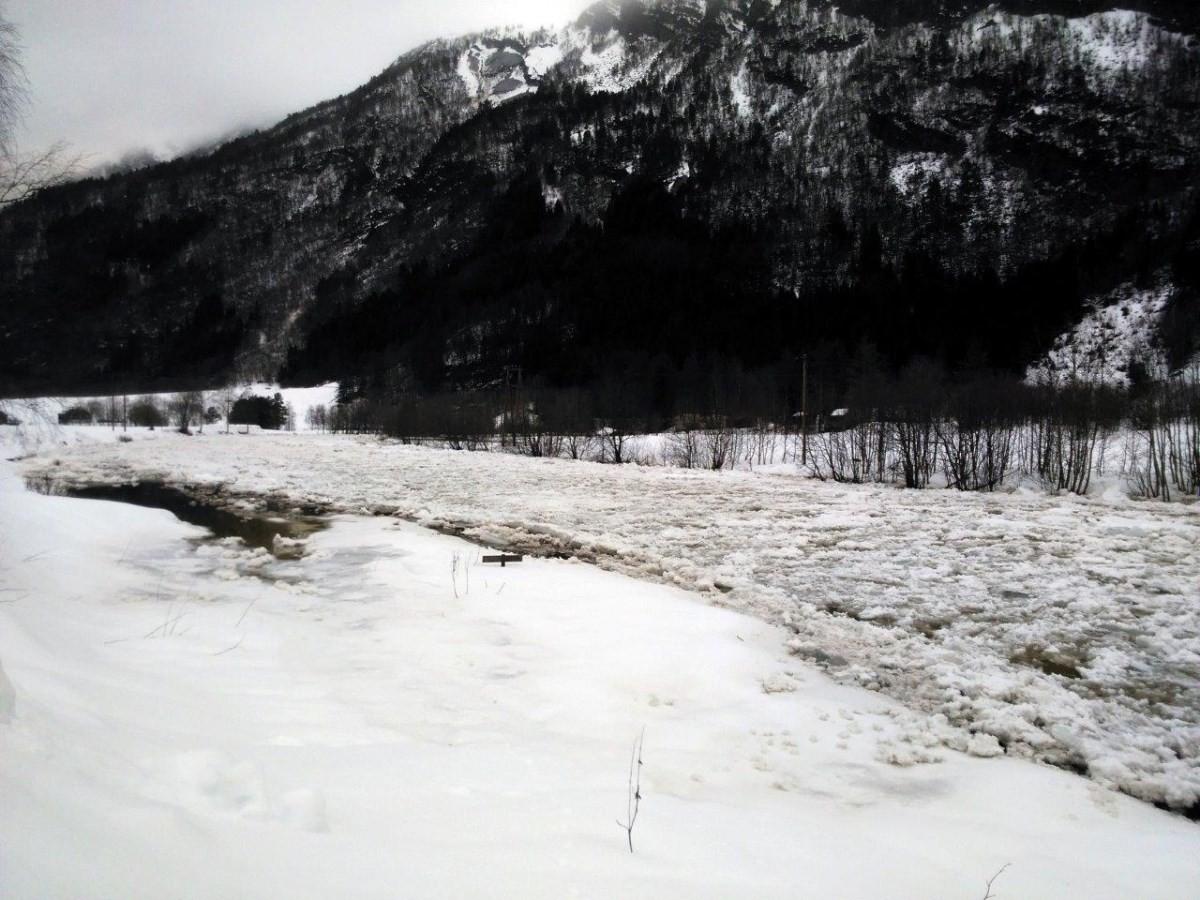Isfåra har demt opp elva ved hegebrua.  Foto: Lillian Halle