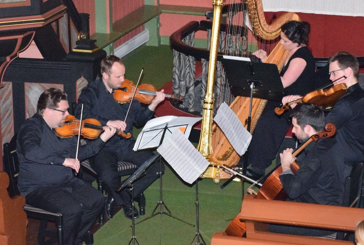 Kjersti Vindal og Festivalkvartetten i Todalen kyrkje.  Foto: Jon Olav Ørsal