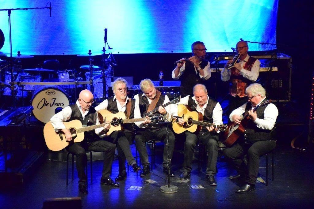 Intim instrumental avdeling under tosdagen show med Ole Ivars.  Foto: Jon Olav Ørsal