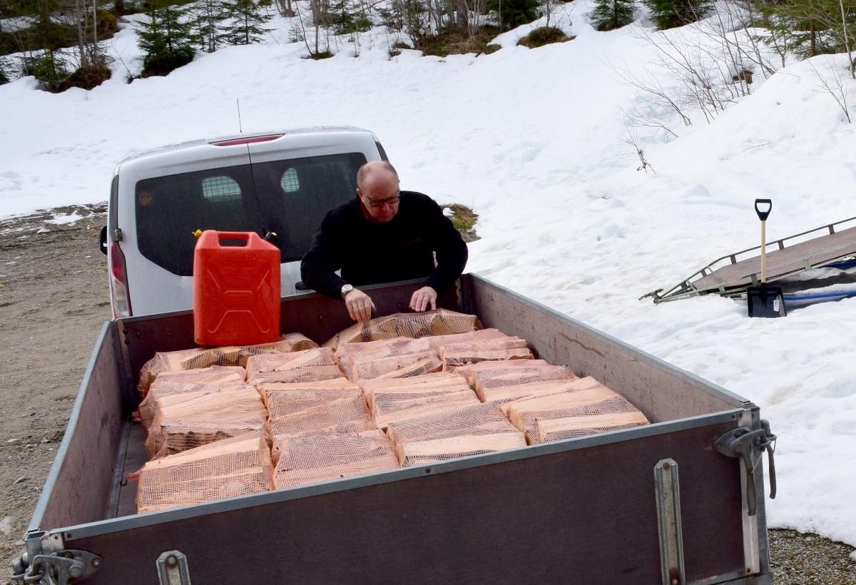 Nytteformann Nordvik klargjør ny forsyning med tørr bjørkaved til Skihytta.  Foto: Jon Olav Ørsal