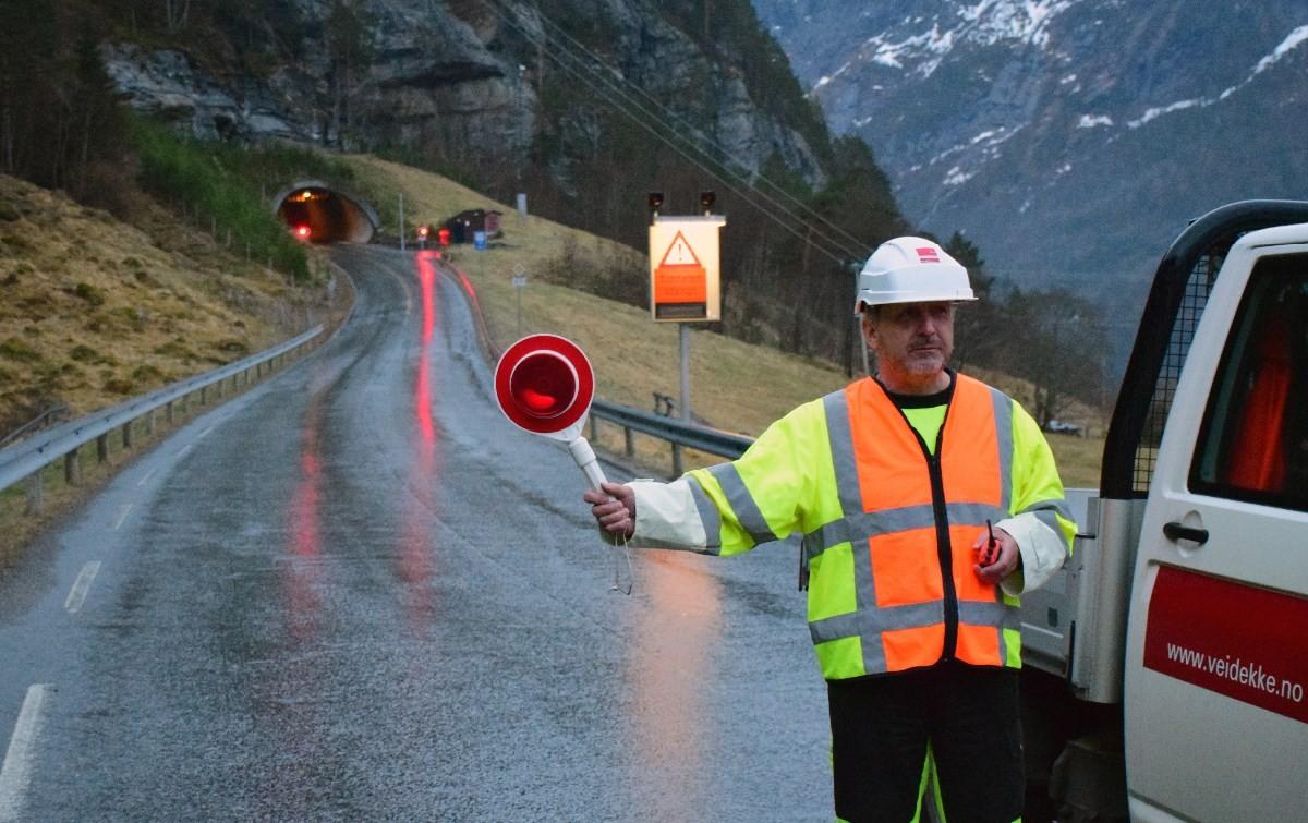 Hit men ikkje lenger, sa Kjell Svensli som heldt vakt utafor tunellen.  Foto: Jon Olav Ørsal