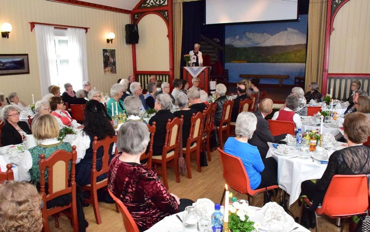 Livsvital 100-åring - god grunn til å feire. Her er det organisasjonsleiar i NKS, Ellen Sofie Egeland som er på talarstolen.  foto: Driva/Jon Olav Ørsal
