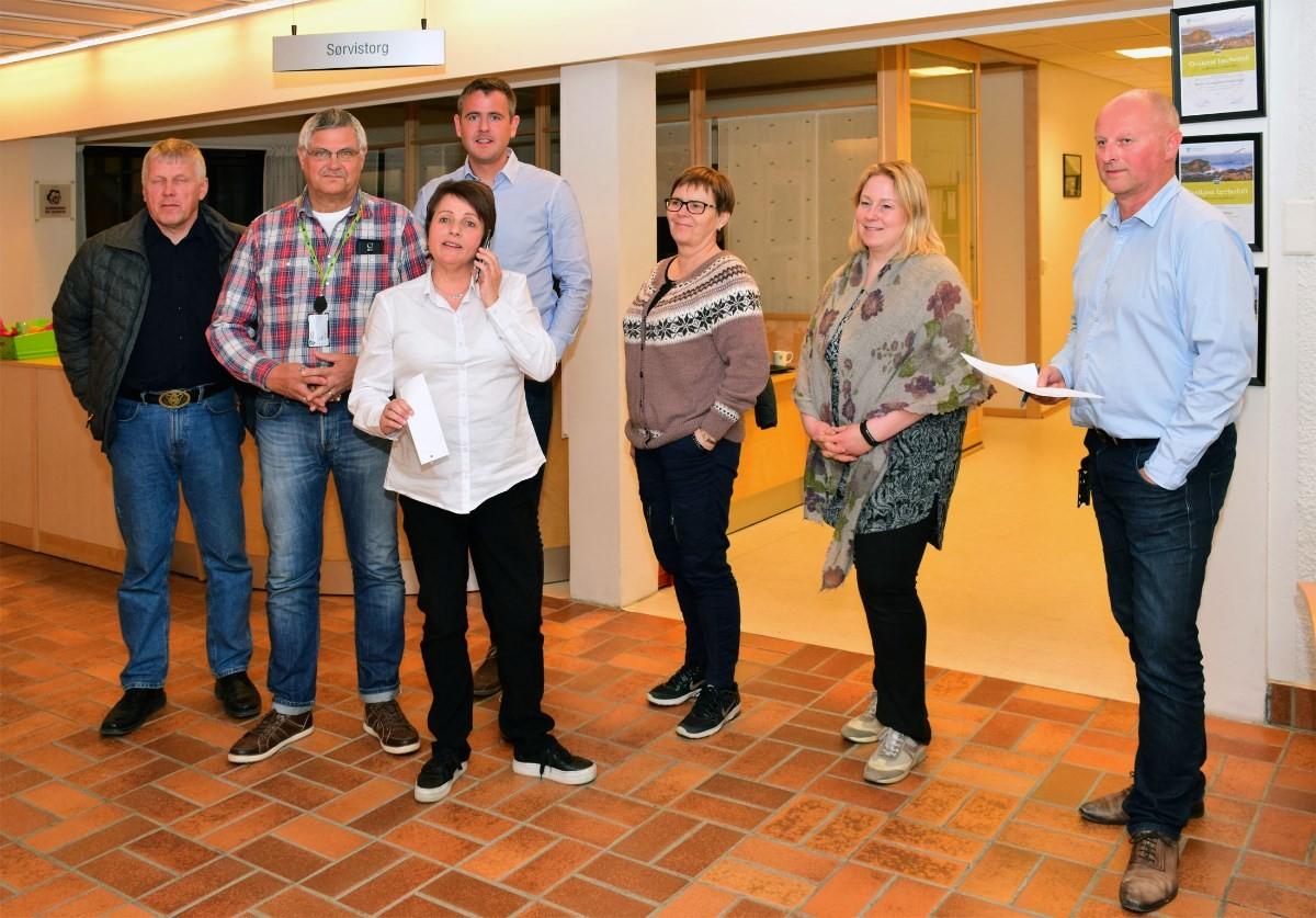 Valresultatet klart i Surnadal. Valstyret saman med ordførar og rådmann på pressekonferansen.  Foto: Jon Olav Ørsal
