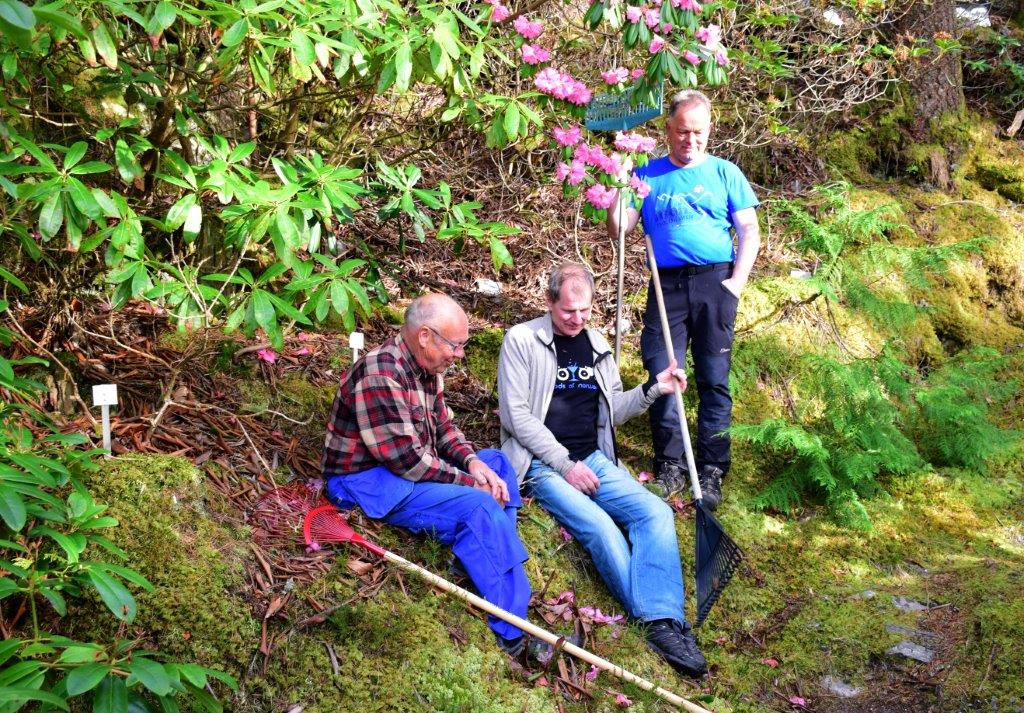 Godt med ein pust i bakken - frå venstre Ola Røe, Sven Olav Svinvik og Jon Bruset.  Foto: Jon Olav Ørsal