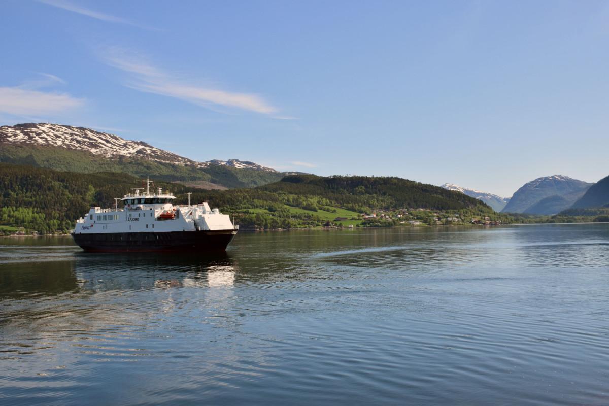 B/F Åfjord utafor Rykkjem fergekai - klar for cruise på Todalsfjorden.  Foto: Jon Olav Ørsal