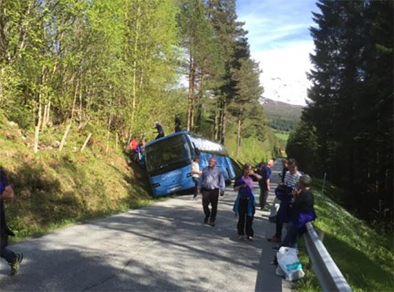 Det var ein buss frå Nettbuss som hamna i grøfta oppi Rabban på Nordvik laurdag ettermiddag.  Foto: Privat