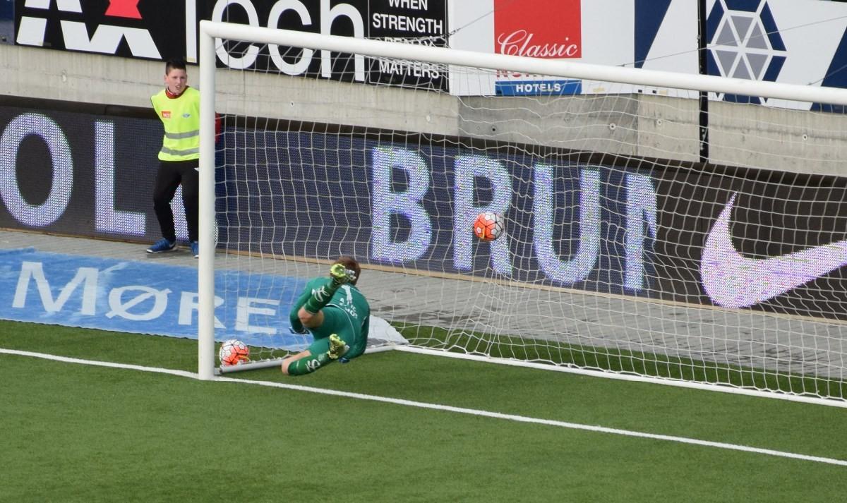 Skoring i 90. minutt - her går ballen i nettveggen!  Foto: Jon Olav Ørsal