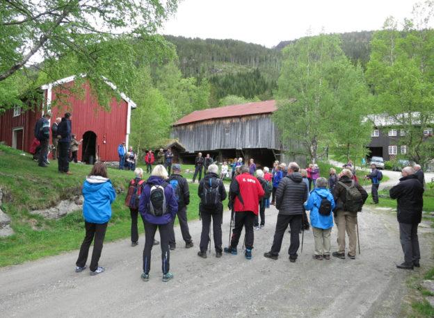 det var folksamt i gardstunet på Hjellnes under kulturvandringa søndag. Foto: Jon Olav Ørsal