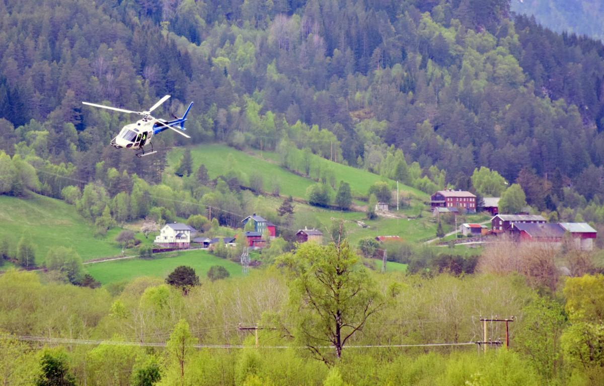Svorka kontrollerte straumnettet med helikopter i dag.  Foto: Jon Olav Ørsal
