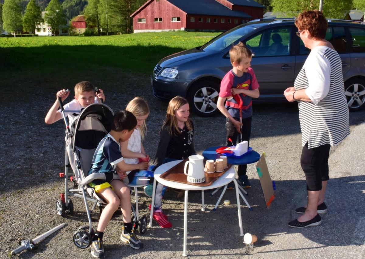 Maria og Edel Therese hadde flust med kundar - her blir det ein handel med bestemor Kari.  Foto: Jon Olav Ørsal