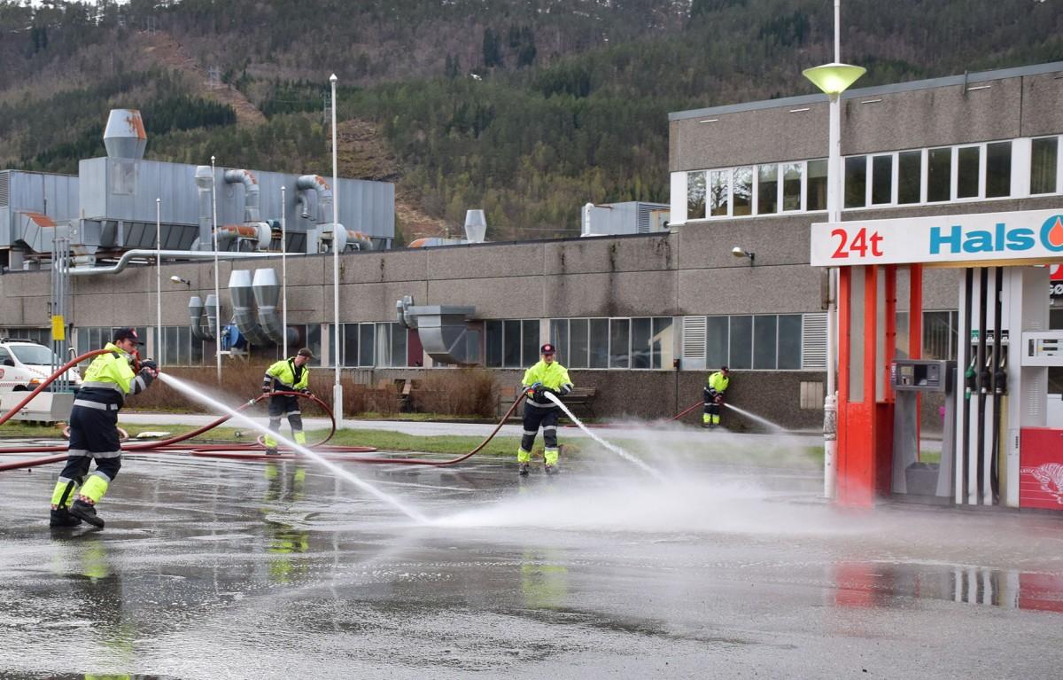 Det lokale brannlaget i Todalen spyla plassen mellom Matkroken og Talgø-fabrikken.  Foto: Jon Olav Ørsal