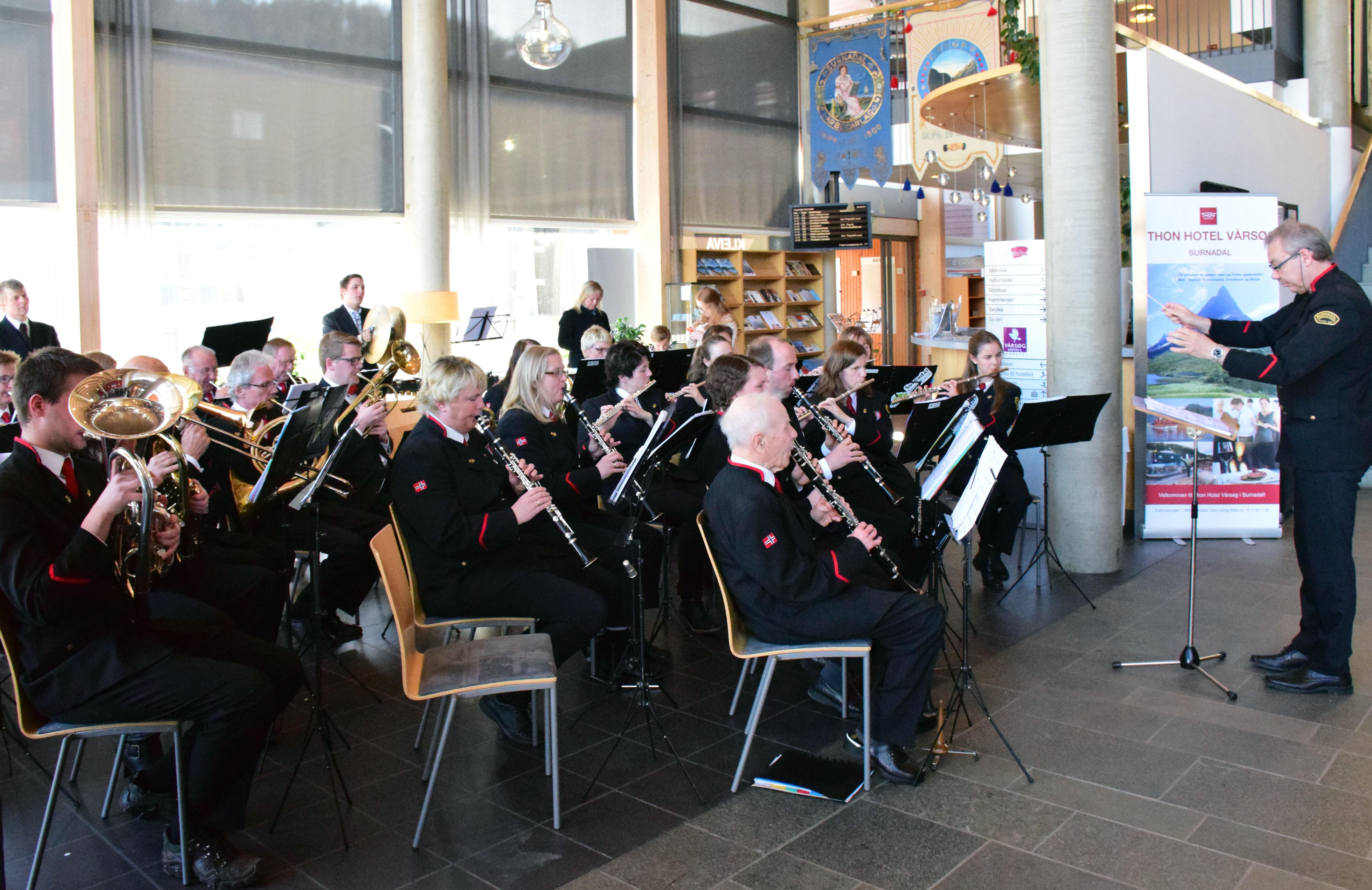 Surnadal Hornmusikk med sin dirigent Einar Sødergren. foto: Jon Olav Ørsal