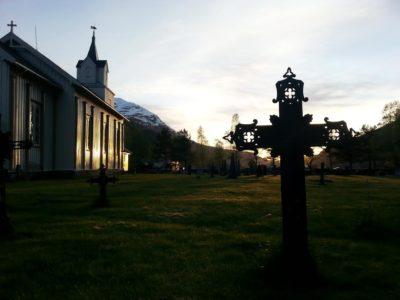 maikveld på kyrkjegarden