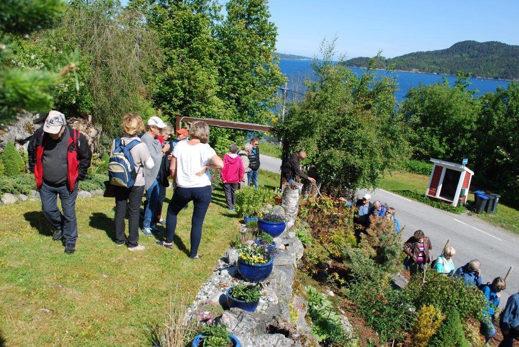 Omvisningen i hagen til Rune Grip - et kjempeflott anlegg!  Foto: Sverre Kjølstad