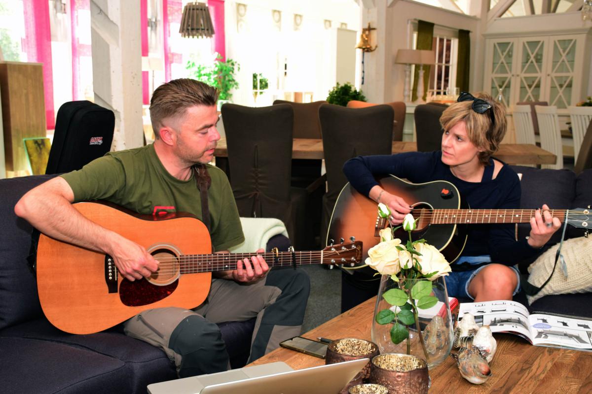 Alf Bretteville Jensen og Johanna Demker klimpra på kvar sin gitar.