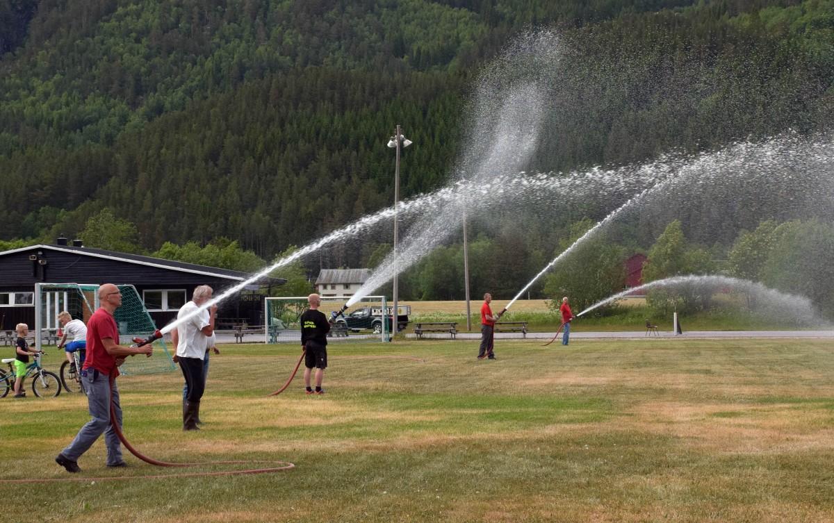 Med forsterkningar frå Todalen brannlag vart det skikkeleg vatning. 600 liter i minuttet hjelper da det!  Foto: Jon Olav Ørsal