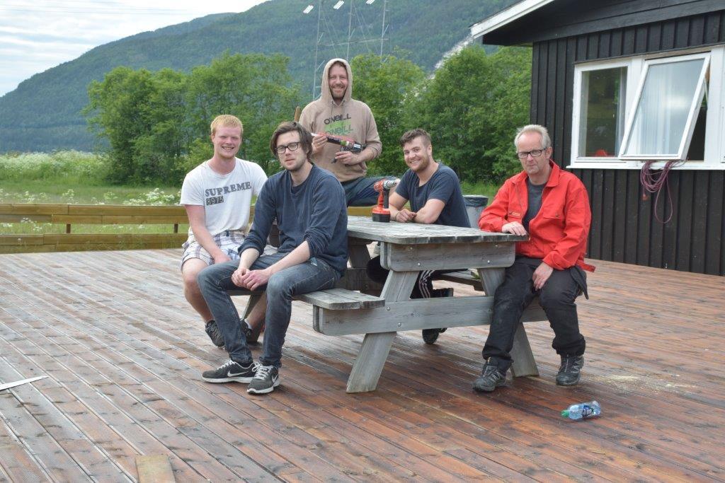 Jobben er gjordt, og terrassen er ferdig. Frå venstre Svein Håvard brøndbo, Edvart Nordvik, Knut Bergli, Svein Stensby og Torkjel A. Moe.  Foto: Jon Olav Ørsal