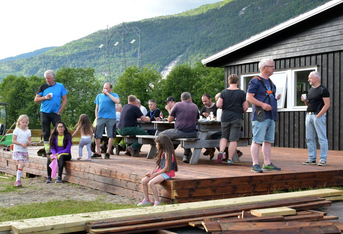 Heile gjengen samla til dugnadkaffe på den nye terrassen framfor klubbhuset.  Foto: Jon Olav Ørsal