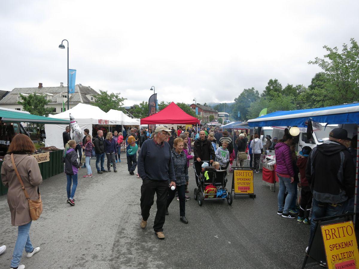 Det var full trøkk i marknadsgata på Skei.  Foto: Jon Olav Ørsal