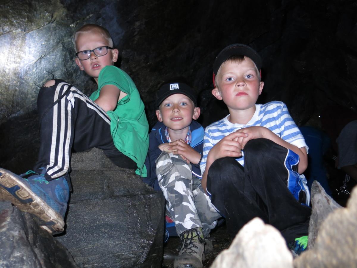 Inne i Bleikhammarhola. Frå venstre Markus, Tor Asbjørn og Nils Erik. Foto: Dordi J H