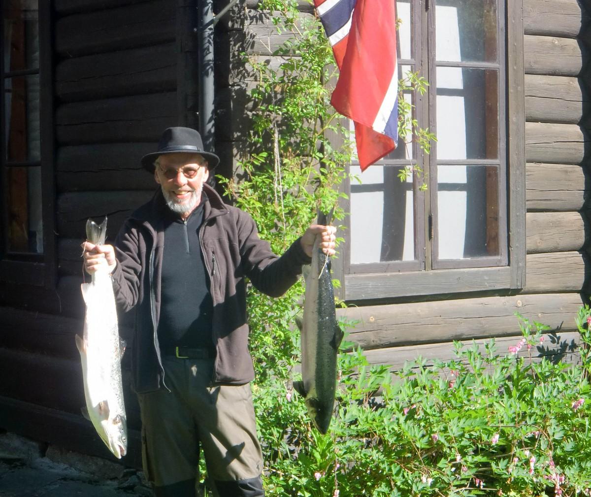 Den glade laks frå Vågland - Johan Nygård sikret seg to fine laksr første natta.  Foto: Eric Malling/Todalshytta.