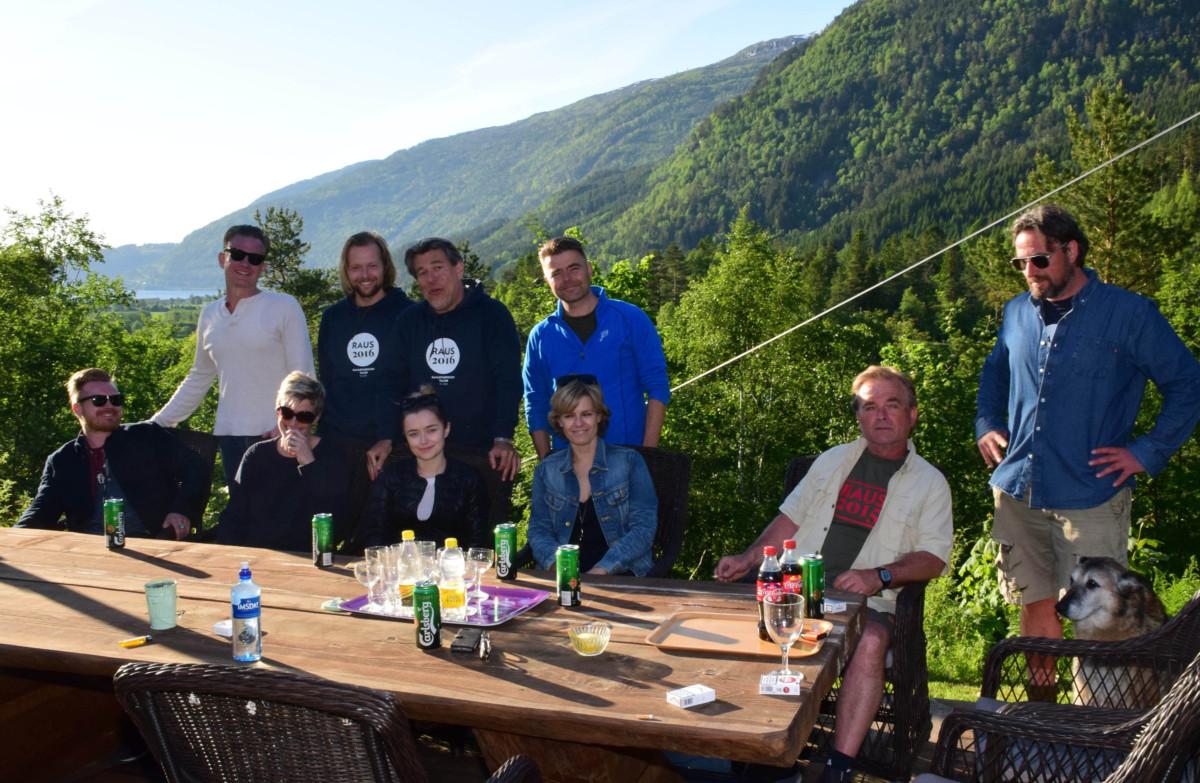 Klare for middag rundt langbordet framfor Todalshytta.  Foto: Driva/Jon Olav Ørsal