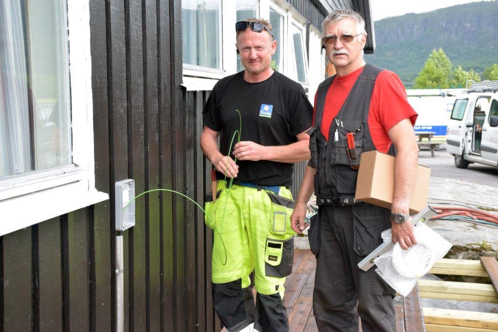 Her kjem fiberkabelen på plass på veggen på klubbhuset. Ole Ingar Strand og Lars Arne Gjeldnes sørga for tilkobling.  Foto: Jon Olav Ørsal