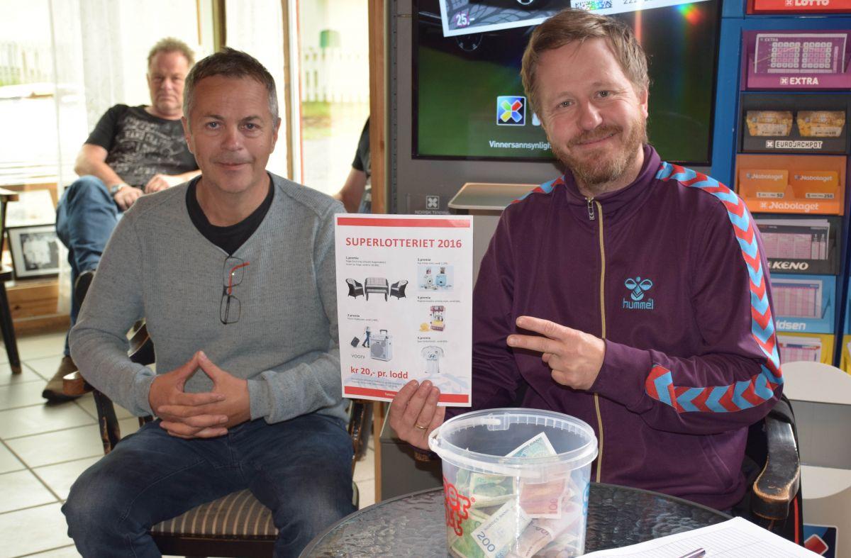 Kjøp lodd i SuperLotteriet. Ivar Helge Kvendset og Knut Bergli hadde stand på Matkroken.  Foto: Jon Olav Ørsal