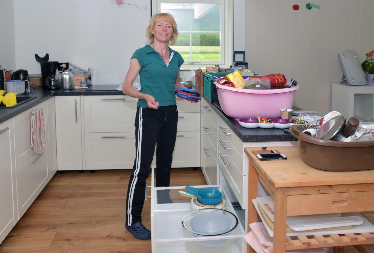 Ting og tang skal på plass i skuffer og skåpar - her er Steffi i full gang.  Foto: Jon Olav Ørsal