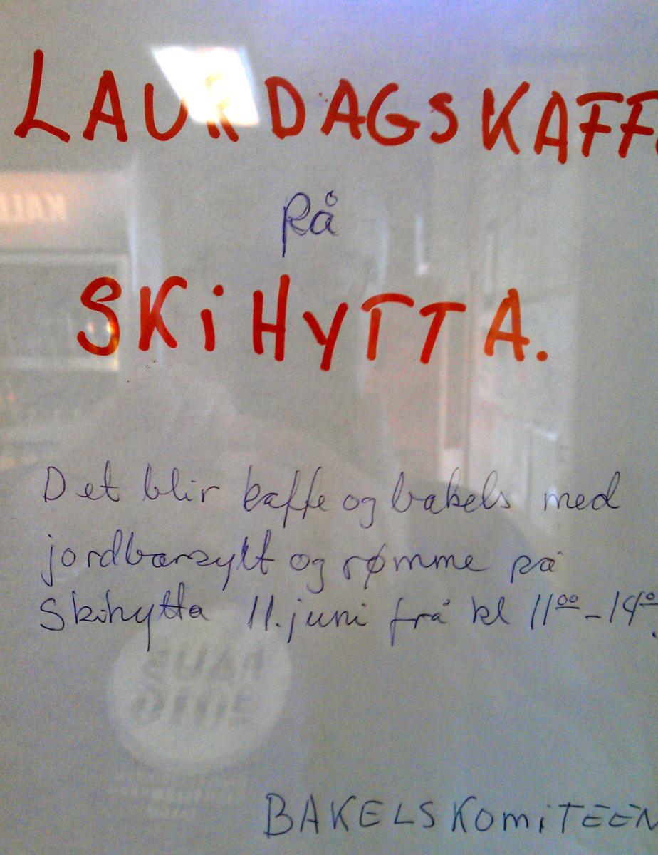 Knut og Torkjel byr på kafffe og nystekte bakels på Skihytta.
