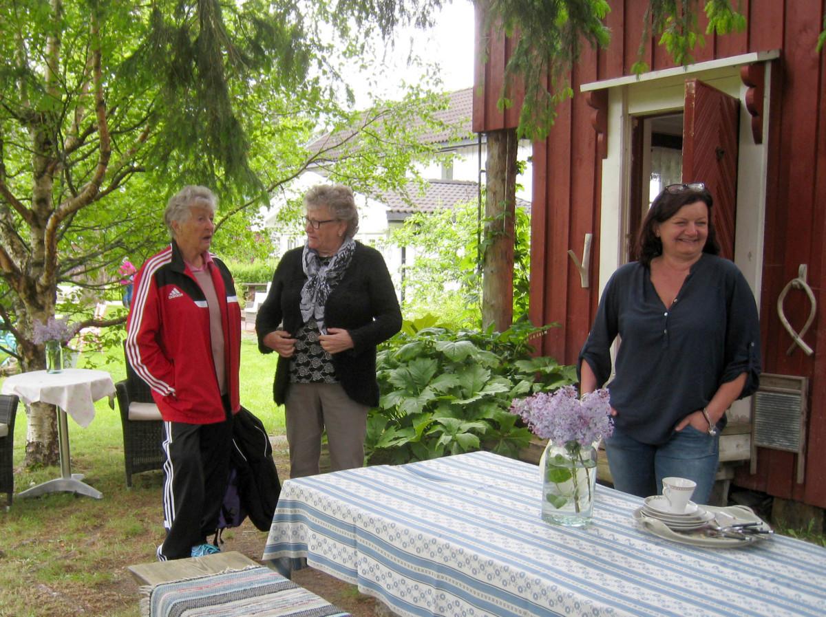 Ragnhild Ansnes og Liv Berit Brusethaug var vertskap på Buret. Her saman med Brit Nordvik.  Foto Sigrun Ørsal