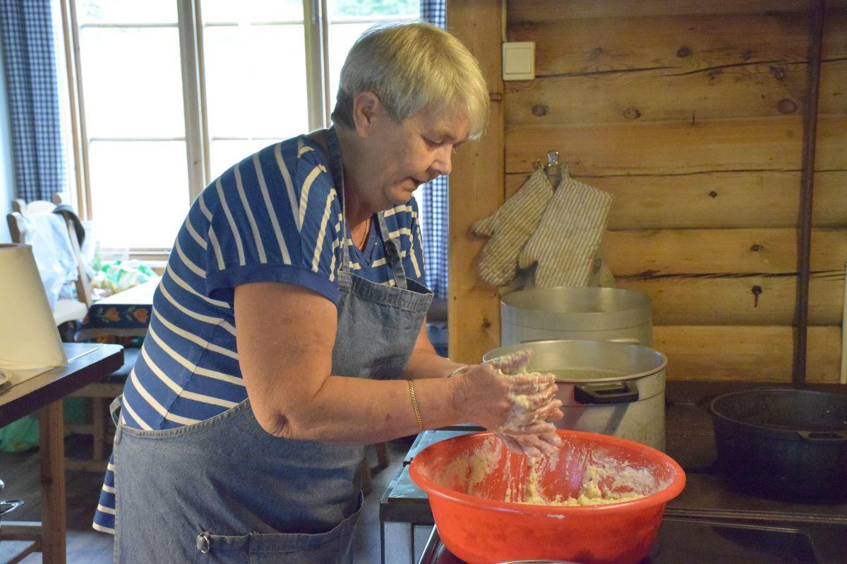 Åse har laga mang ei ballgryte på Todalshytta. Ho var vertinne på Todalshytta i perioden 2003 - 2013.  Arkivfoto: Jon Olav Ørsal