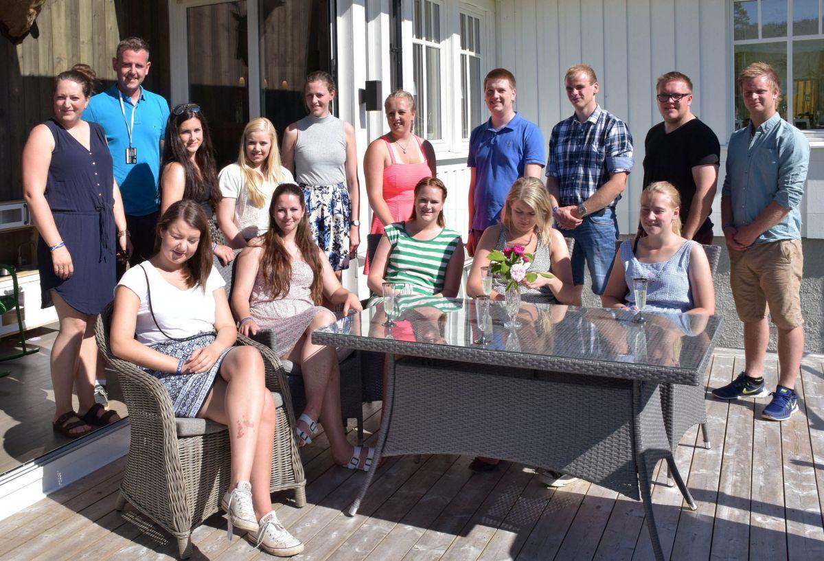 Nils Håvard og Karin inviterte alle fylkesleiarane heim til terrrassen på Nordvik. Framfor frå venstre: Inger-Martha Skjelland (Vestfold), Sunniva Theodora Sisselvold (Nord-Trøndeleg), Trine Onsøyen (Sør-Trøndelag) , Gunn Jorunn Sørum (tidlegare leiar i NBU) , Inger Johanne Brandsrud (Østfold). Attafor frå venstre: Nils Håvard Øyås og Karin Åsbø (vertskap), Sunniva Bidne Horvei (Hordaland), Kristin Myhre (Hedmark), Tora Voll Dombu (Nyvalt leiar NBU), Anne Margrethe Elton (Akershus), Torgeir Jorde (Buskerud), Håvard Johansen Lindgård (Oppland), Edvard Bele Sæterbø (Møre og R) og Einar Mjaaland Sele (Rogaland). Foto: Jon Olav Ørsal