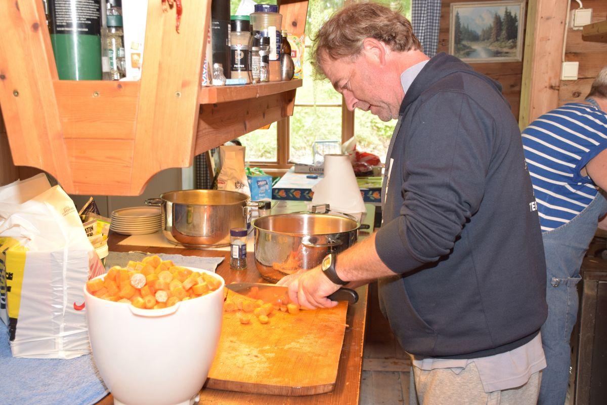 Jan Larsen kuttar gulrot som skal serverast som tilbehør til ballen.   Foto. Jon Olav Ørsal