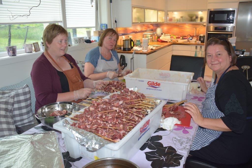 massevis av grillmat er klargjor til Todalsdagen.  Frå venstre Sissel Storslett, Ingeborg Myrvang og Karin Halle.  Foto: Jon Olav Ørsal