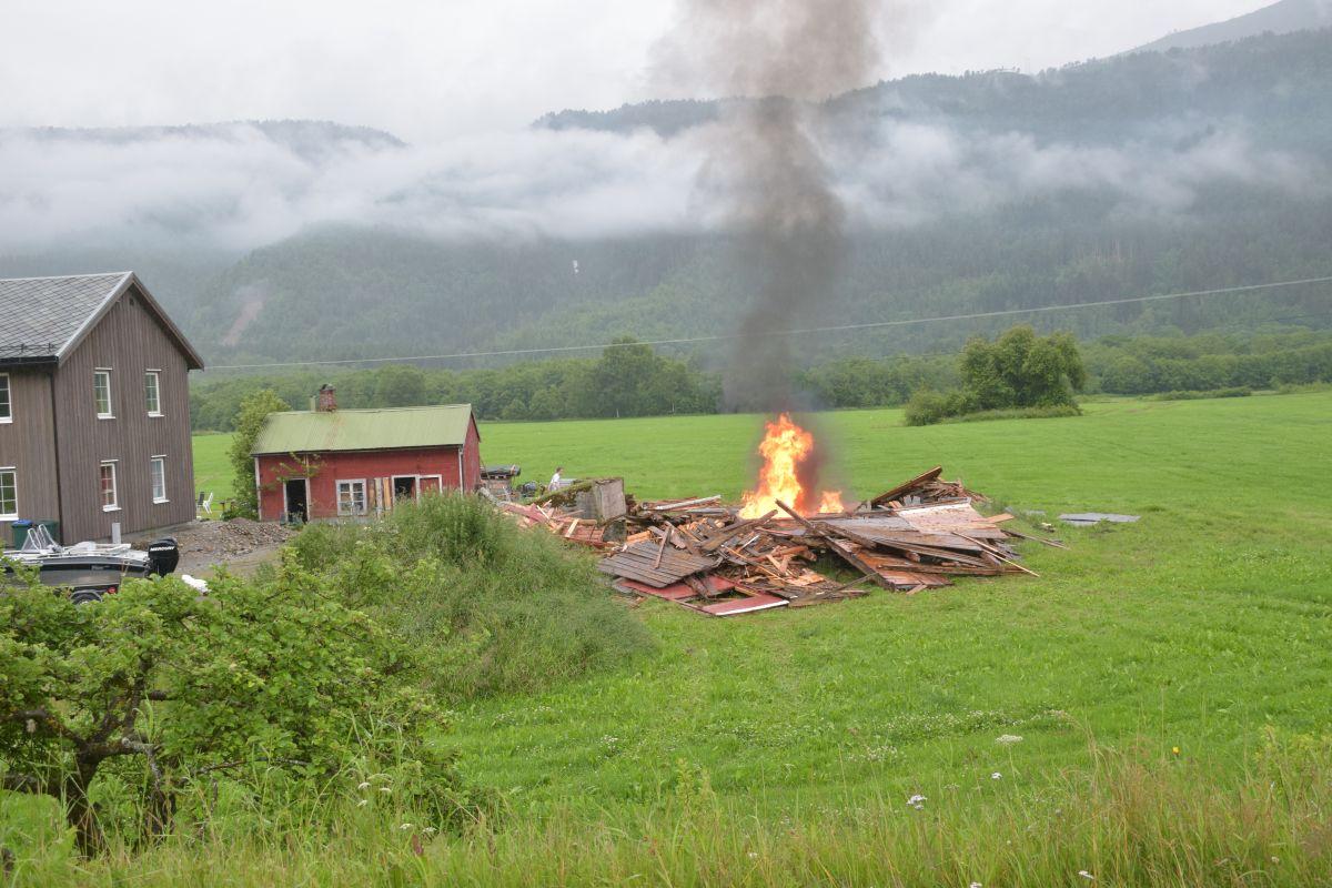 Stuåfjøset - i dag hamna det på bålet.  Foto: Jon Olav Ørsal