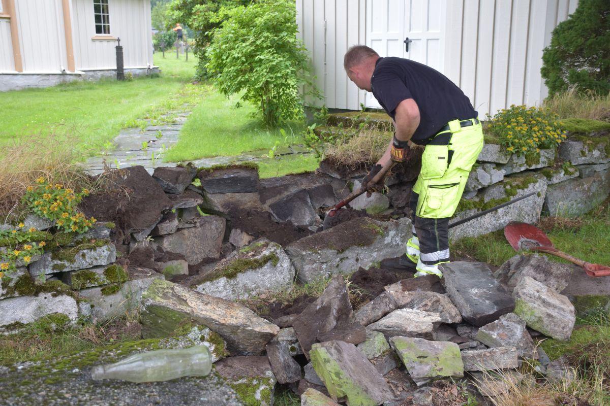Tungarbeid - arbeidet må stort sett gjerast med handmakt fortel Ted.  Foto: Jon Olav Ørsal