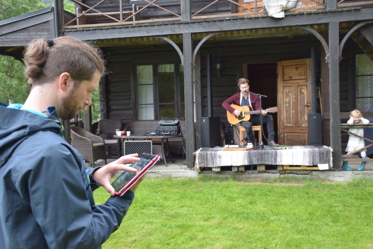 Lydprøve - Frank Botten styrer lyden trådlaust frå sin iPad.  Foto: Jon Olav Ørsal