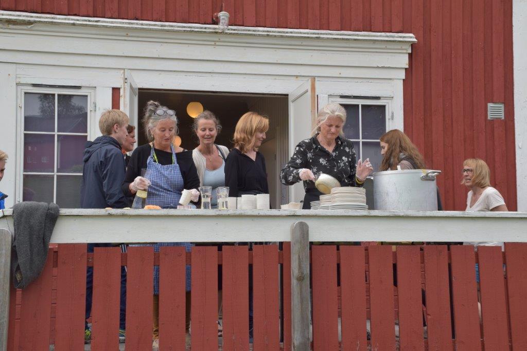 Fiskesuppe - det var to suppestasjonar - ein ute på troppa og ein inne.  Foto: Jon Olav Ørsal
