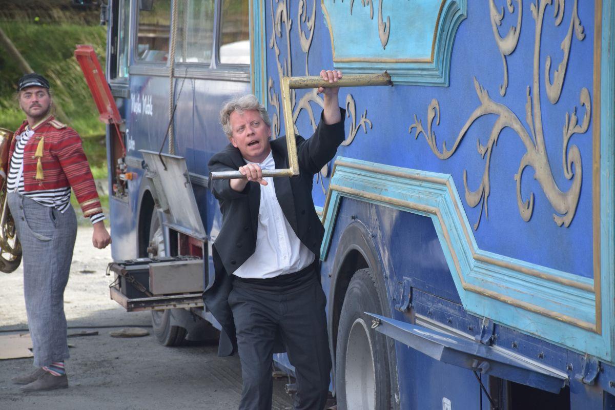 Dirigent Torodd Wigum er nok vant til å skape musikk, men ikkje med speldåse, kanskje? Foto: Jon Olav Ørsal