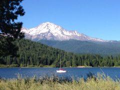 Campingtur til Lake Siskiyou; med Mt. Shasta i bakgrunnen