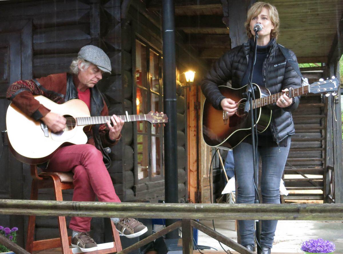 Johanna Demker hadde med seg Terje Kristiansen på gitar. Terje er forøvrig dreng på Todalshytta i sommar.  Foto: Driva/Jon Olav Ørsal