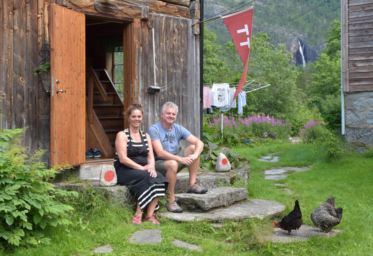 Nygifte og klare til å satse på turistane. Gudmund og Cathrine framfor Målastua der fotturistane held hus. Foto: Driva/Jon Olav Ørsal