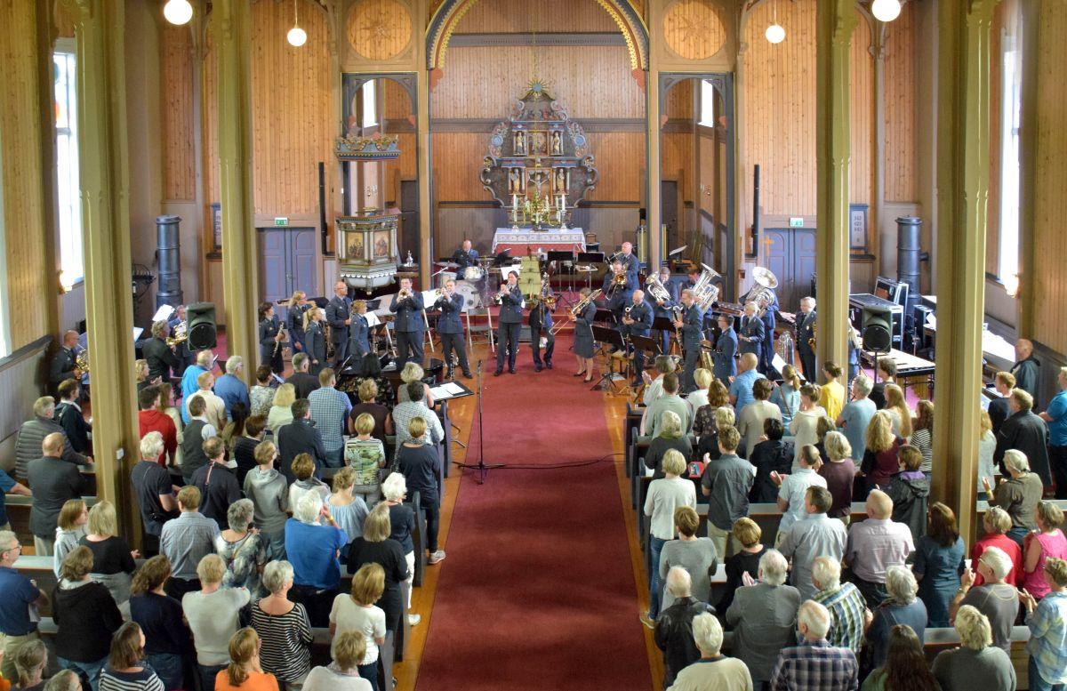 Ståande applaus til Forsvarets musikkorps i Stangvik kyrkje.  Foto: Jon Olav Ørsal