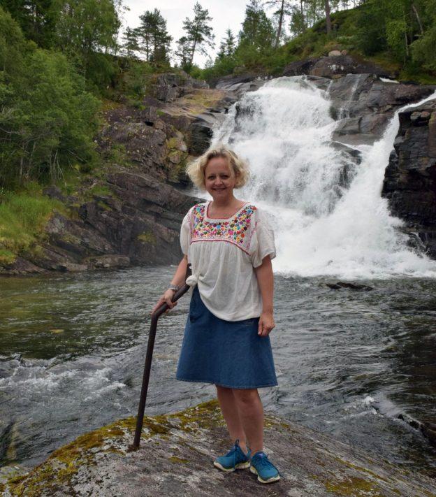 Marianne Meløy poserer framfor Storfossen som var i sommermodus denne dagen.  Foto: Jon Olav Ørsal